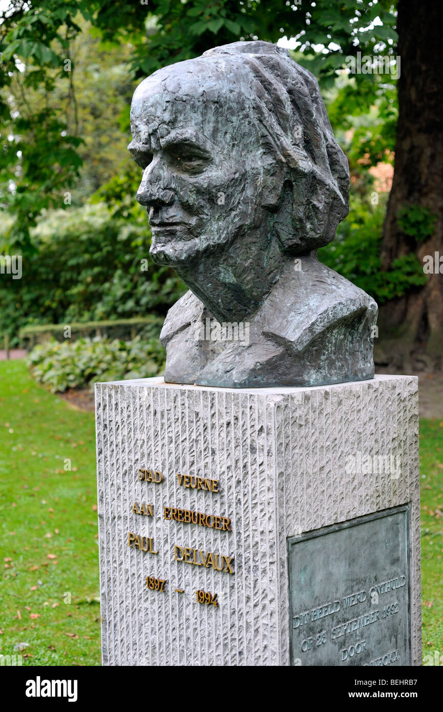 Bust of the surrealist painter Paul Delvaux in city park at Veurne / Furnes, West Flanders, Belgium - Stock Image