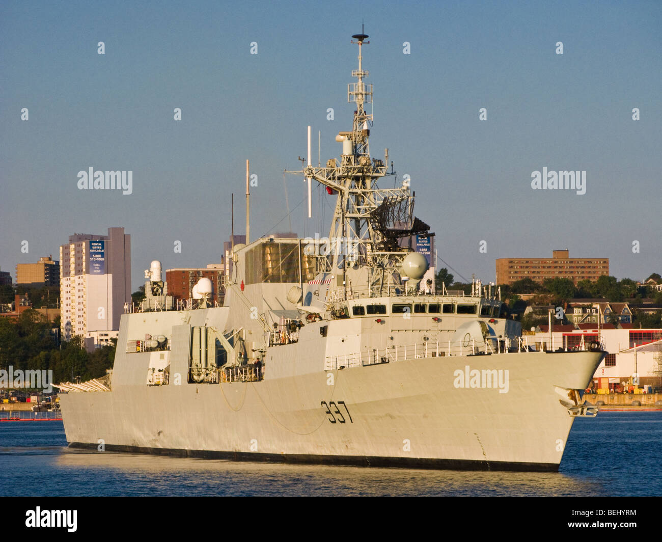 HMCS Fredericton in Halifax Harbour with HMC Dockyard in the background. - Stock Image