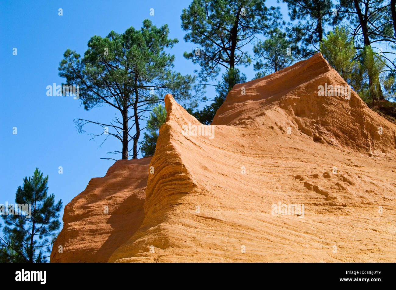 Red rocks of the old ochre quarry at Roussillon, Vaucluse, Provence-Alpes-Côte d'Azur, Provence, France - Stock Image