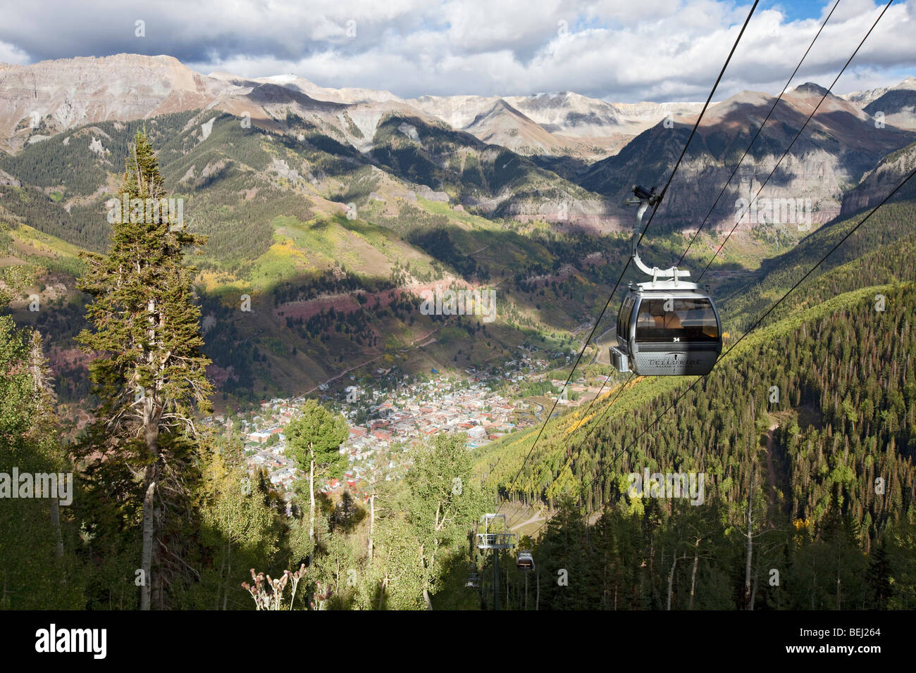 The free gondola and the town of Telluride below, Colorado - Stock Image