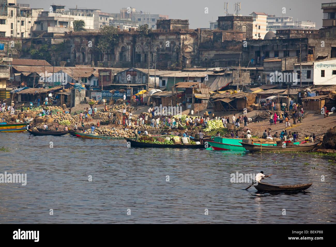 8514c1006ce vegetables-arriving-at-the-wholesale-vegetable-market-in-old-dhaka-BEKP88.jpg