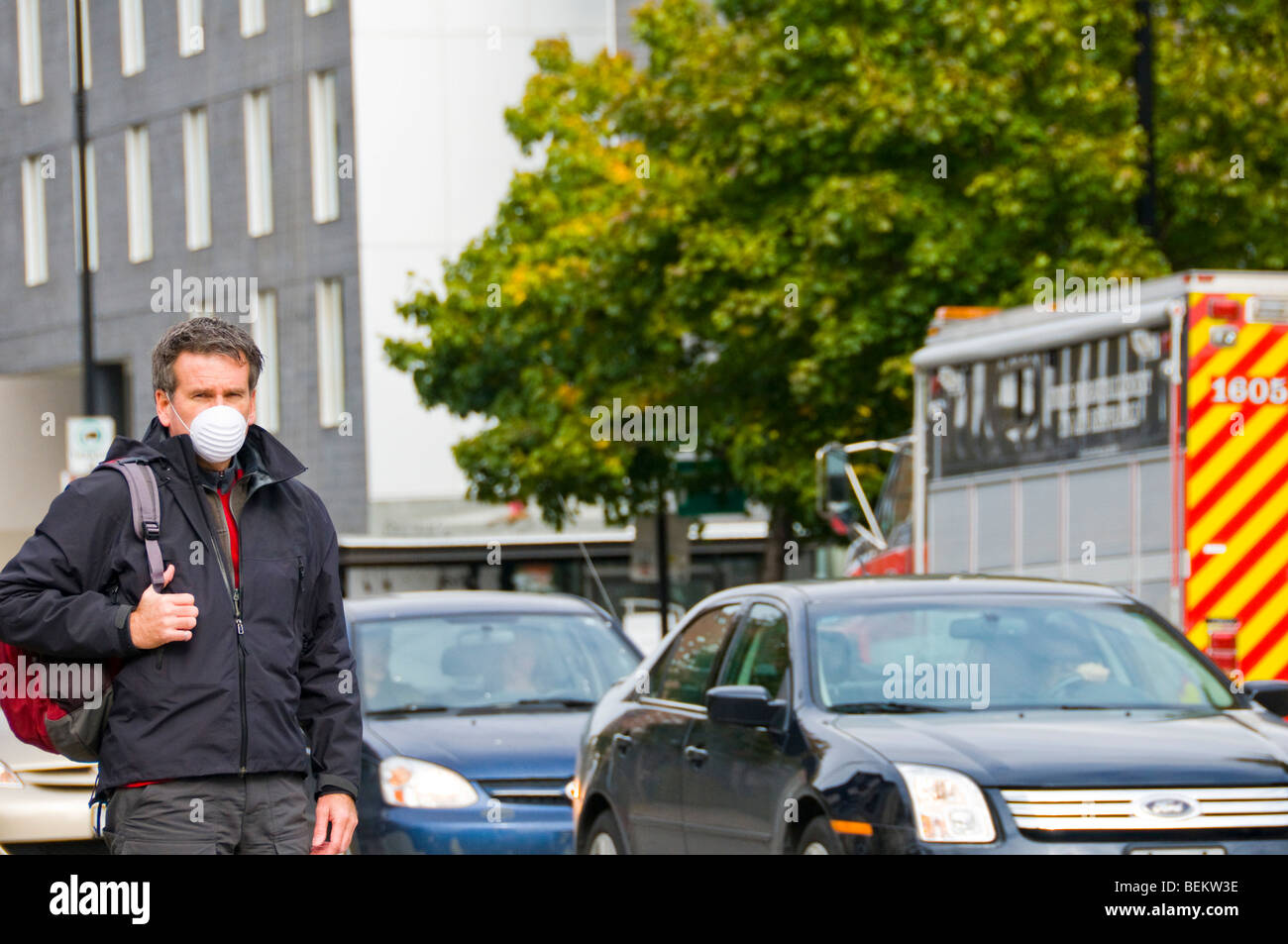 Man wearing a protective swine flu mask - Stock Image