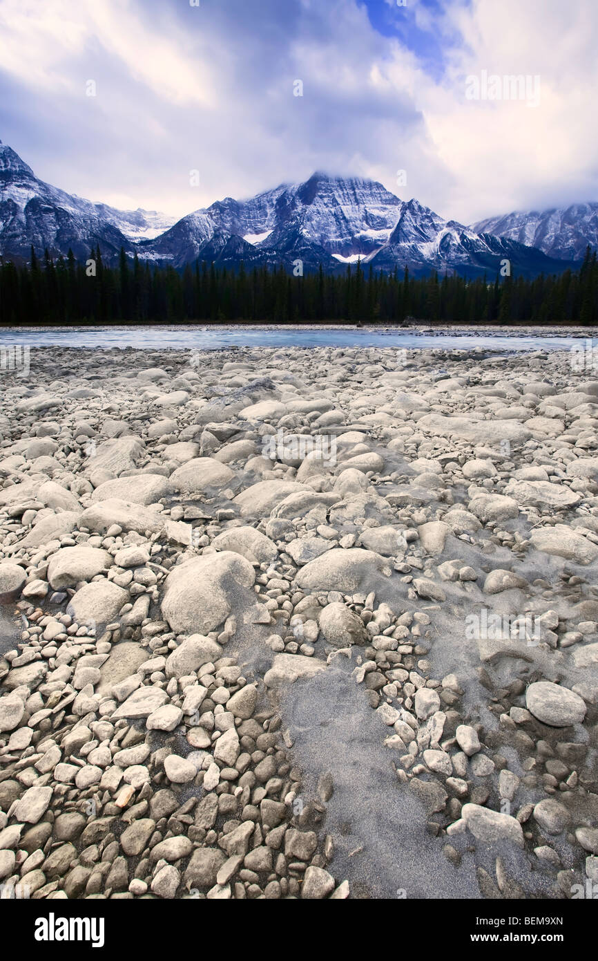 Rocky riverbed of the Athabasca River and Mount Fryatt in the background, Jasper National Park, Alberta, Canada. - Stock Image