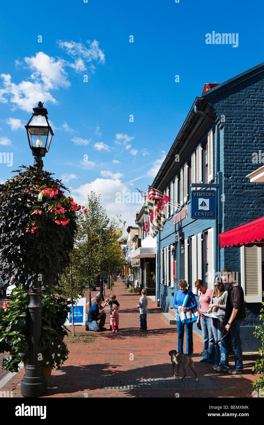 Tourists outside the Visitors Center on West Street, Annapolis, Maryland, USA - Stock Image