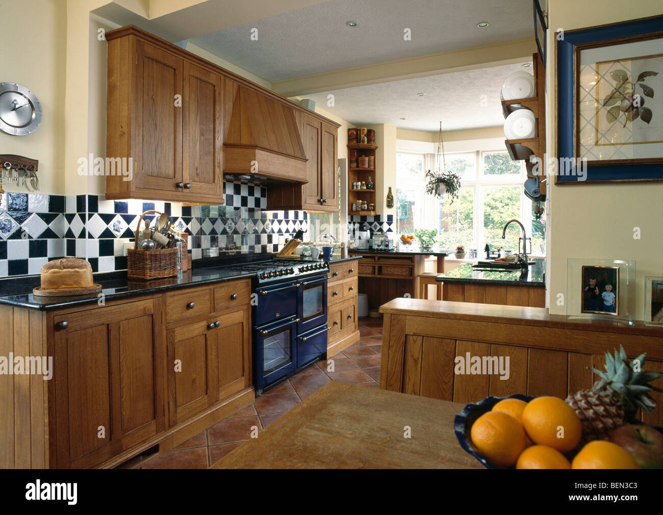 Merveilleux Fitted Oak Cupboards In Large Traditional Country Kitchen ...