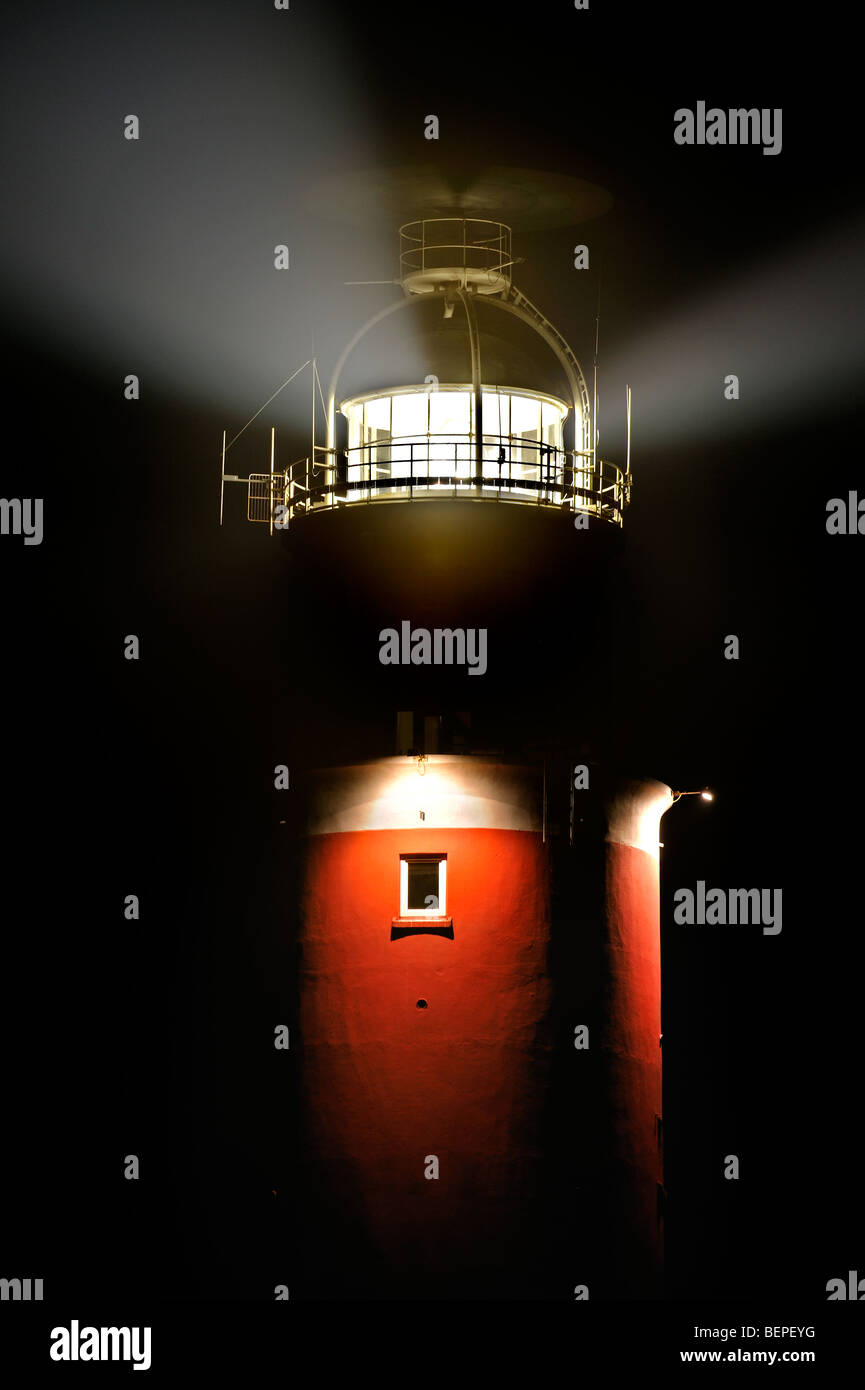 Light beams from lantern of the Cocksdorp lighthouse Eierland at night, Texel, the Netherlands - Stock Image