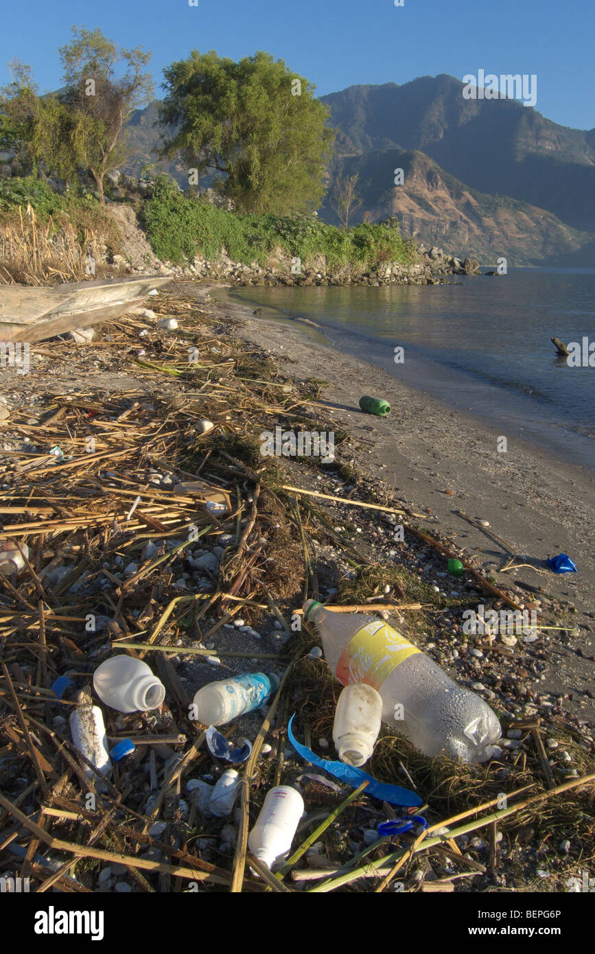 GUATEMALA Lake Atitlan, seen from San Pedro. Garbage and plastic waste on the shoreline. PHOTO BY SEAN SPRAGUE 2009 - Stock Image