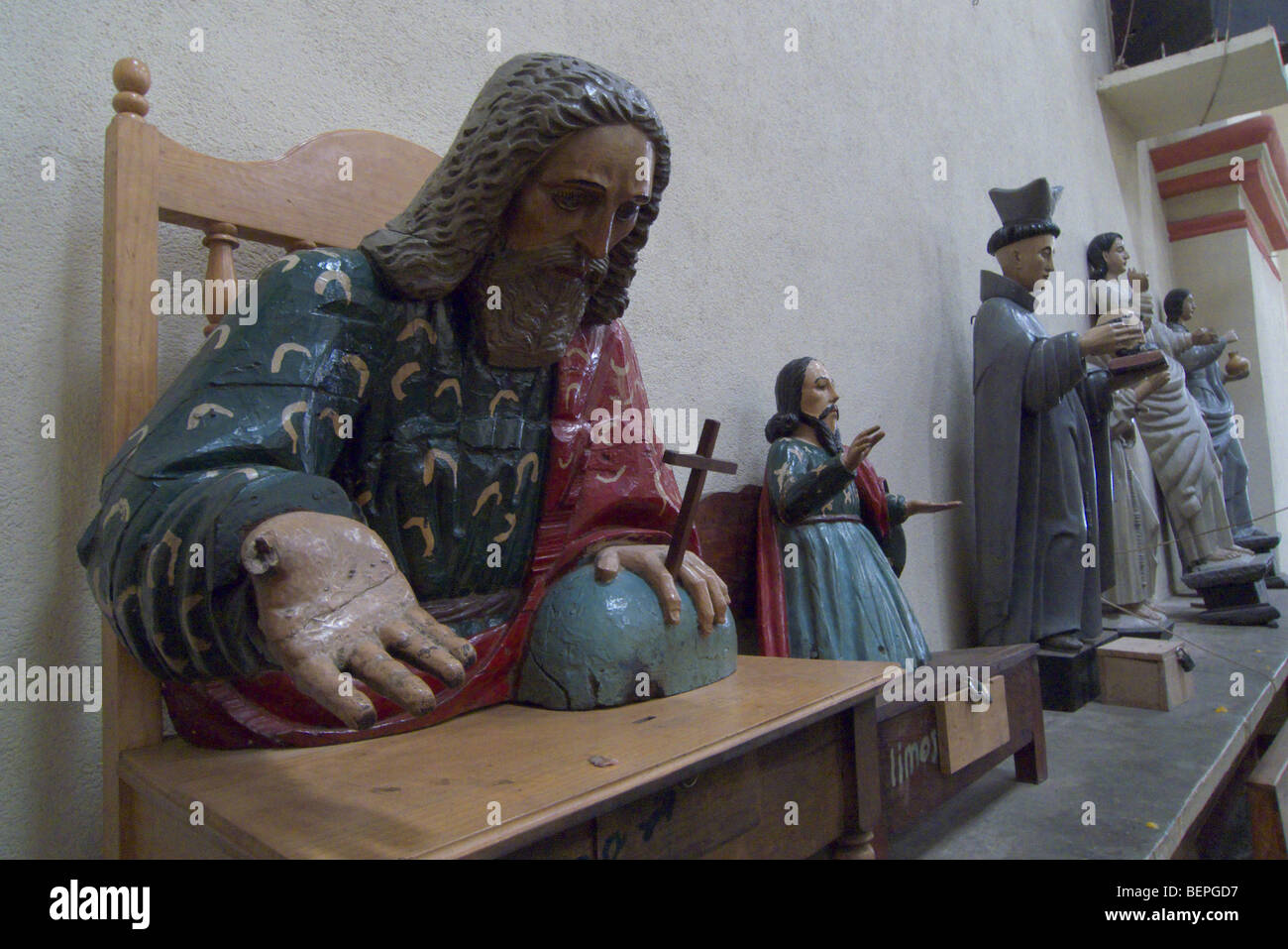 GUATEMALA Statues of Saints in the Catholic cathedral of Santiago de Atitlan. PHOTO BY SEAN SPRAGUE 2009 - Stock Image