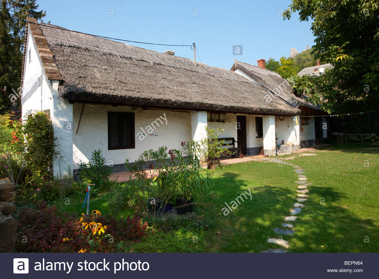 Traditional thatched farm house at Sigliget - Balaton, Hungary - Stock Image