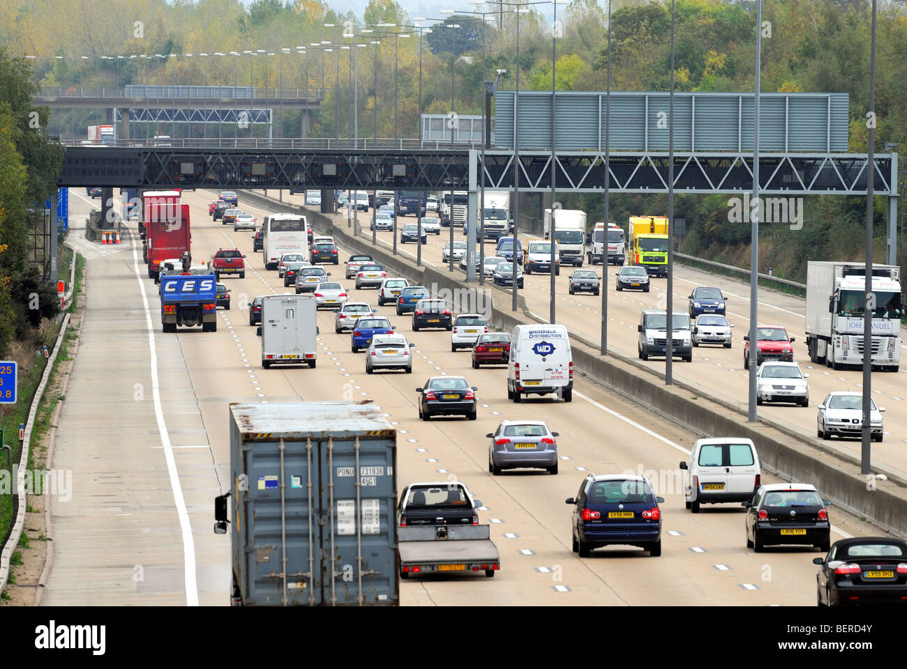 M25 motorway with heavy traffic - Stock Image