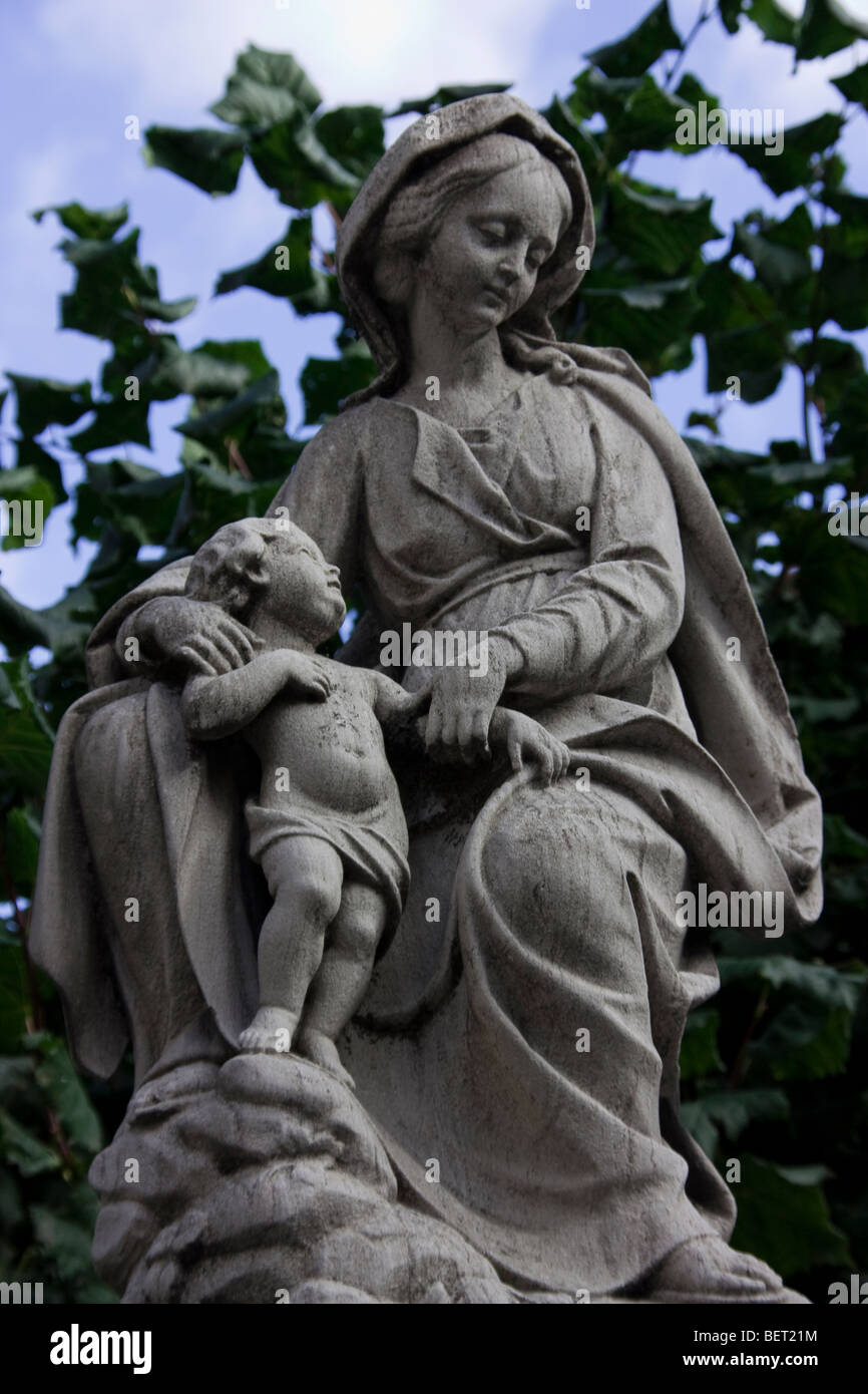mother and her child sculpture -brugge - Stock Image