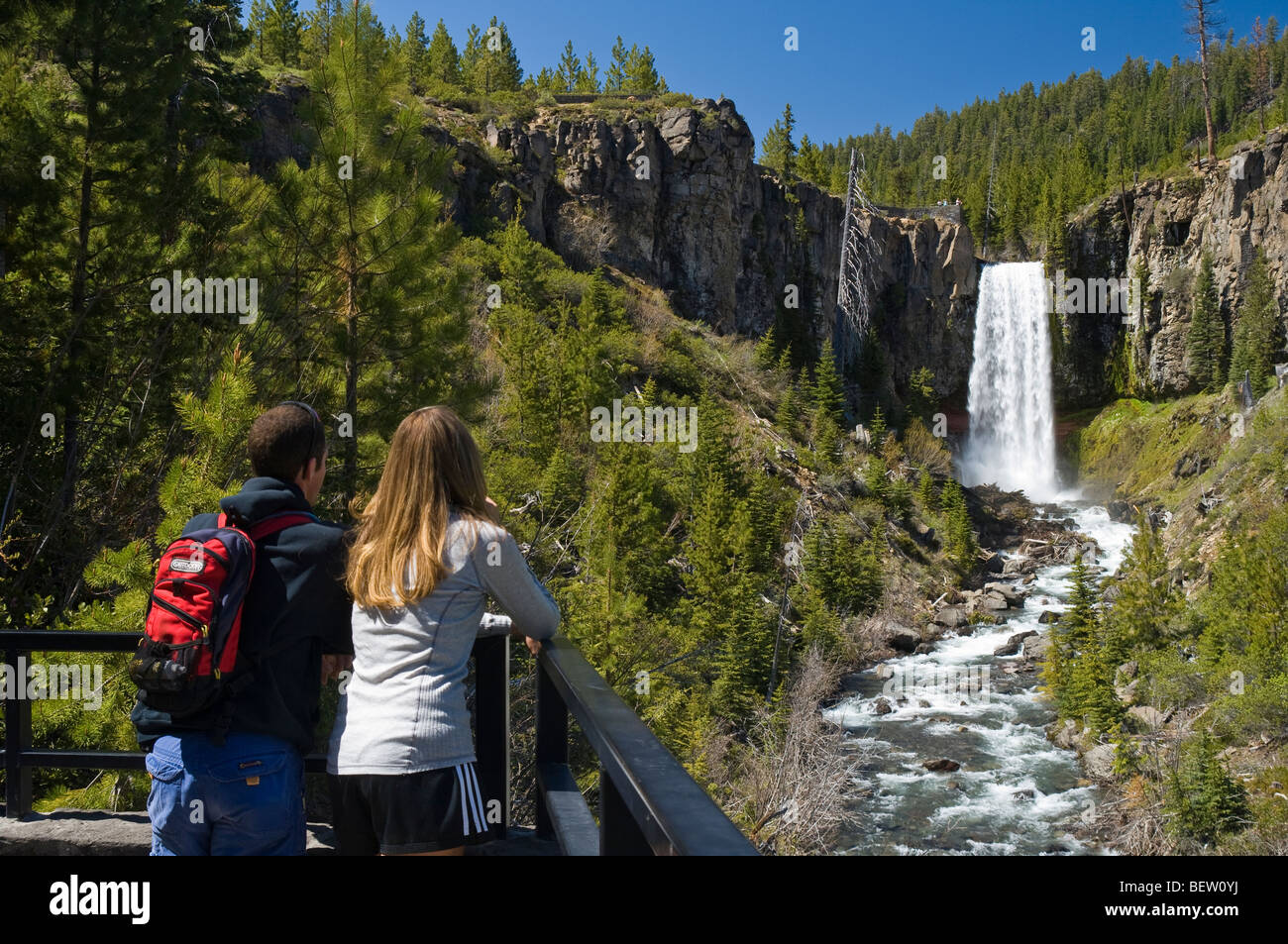 Couple at Tumalo Falls viewpoint, Deschutes National Forest, central Oregon. - Stock Image