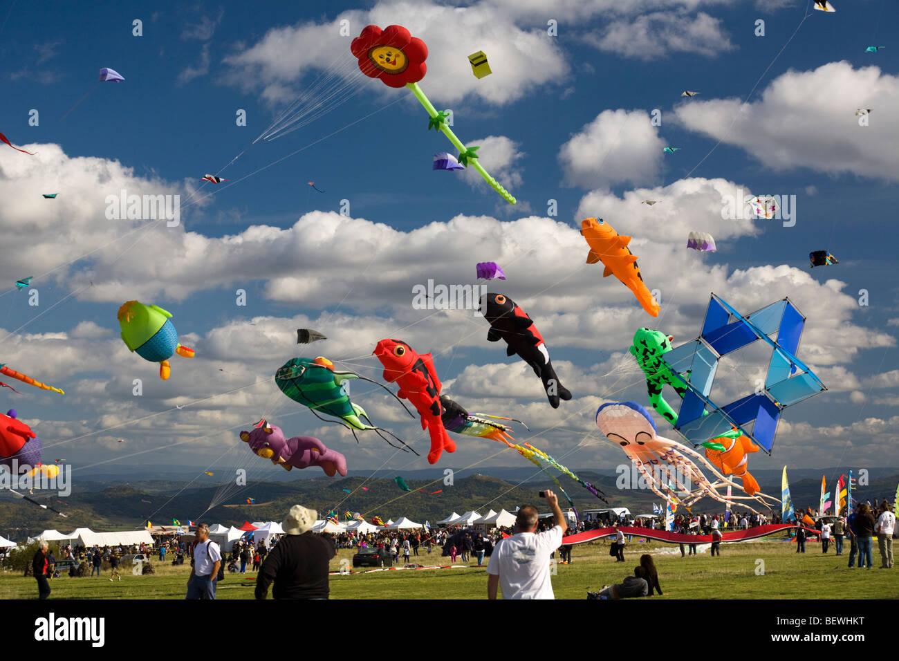 Kites at the time of the 'Cervolix' Air Festival (Auvergne - France). Cerfs-volants lors du festival aérien - Stock Image