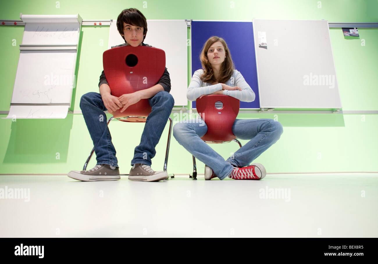 Zwei Schueler alleine in einem Klassenzimmer - Stock Image