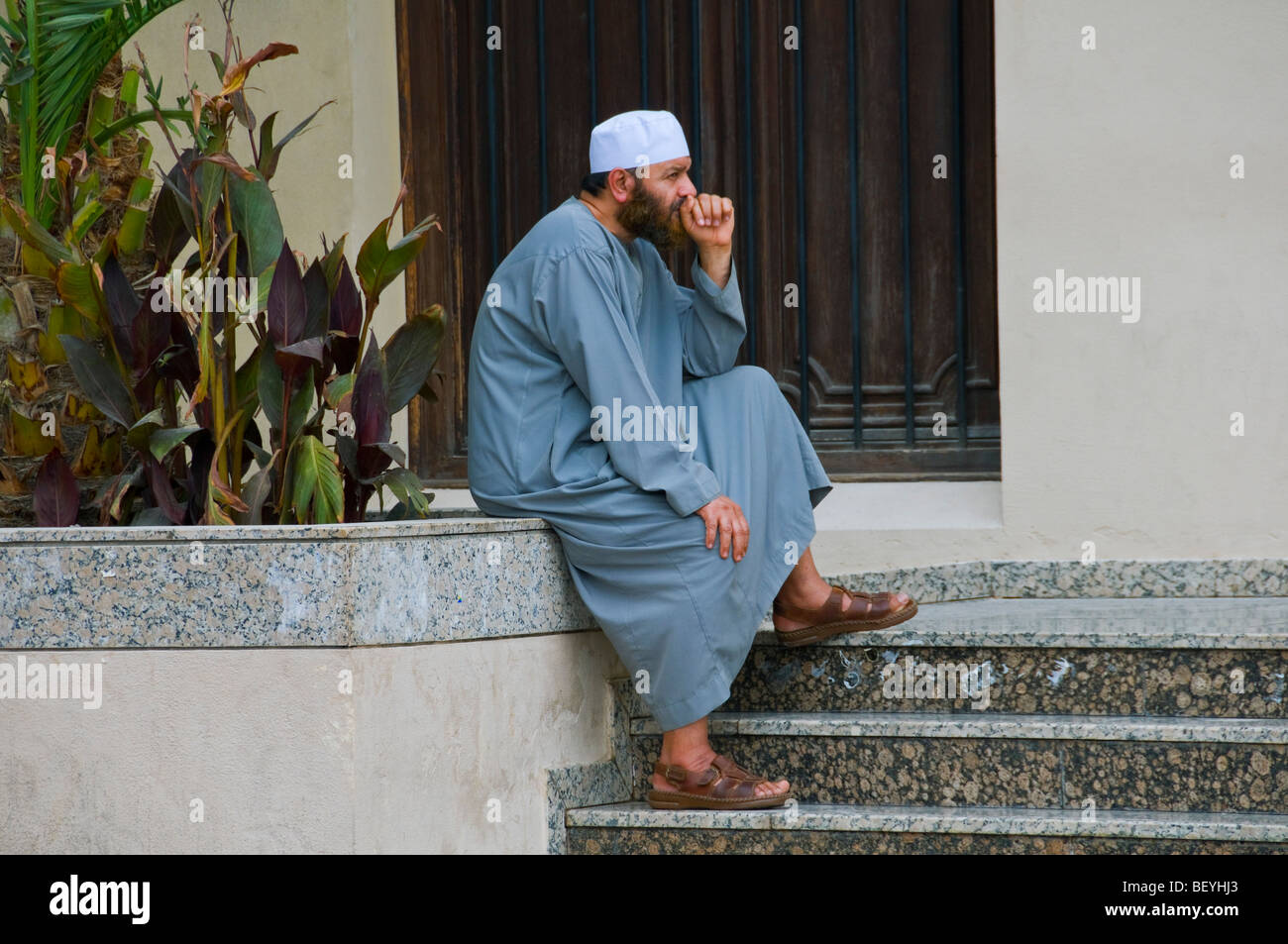 Worshiper in front of Mosque Dubai - Stock Image