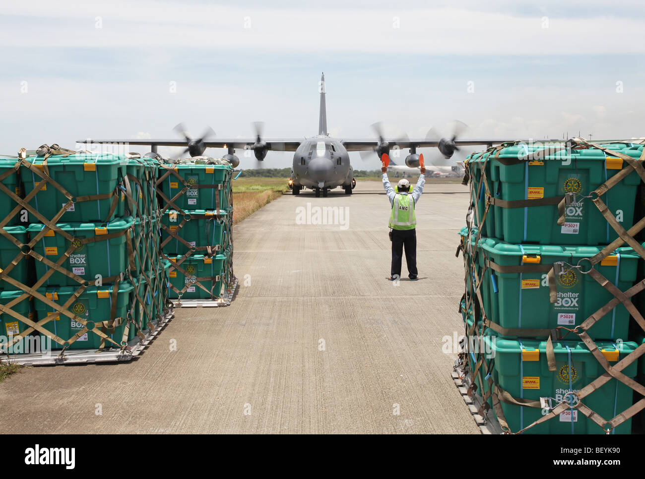 Royal Australian Air Force deliver post-earthquake aid in the form of Shelterboxes to Padang, West Sumatra, Indonesia. - Stock Image