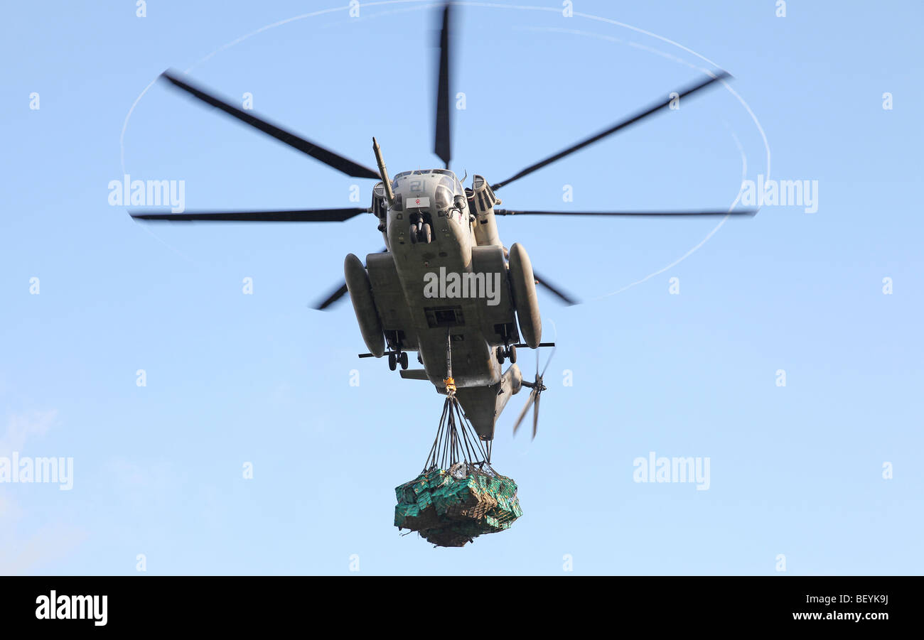 US Navy CH-53 under-slung with ShelterBoxes, Hula Banda - Stock Image