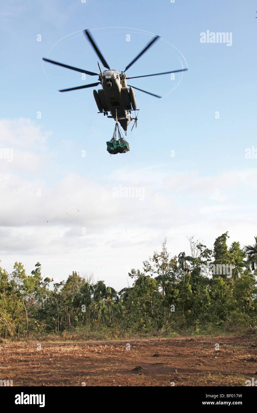 US Navy CH-53 under-slung with Shelterboxes, Hula banda, West Sumatra, Indonesia - Stock Image