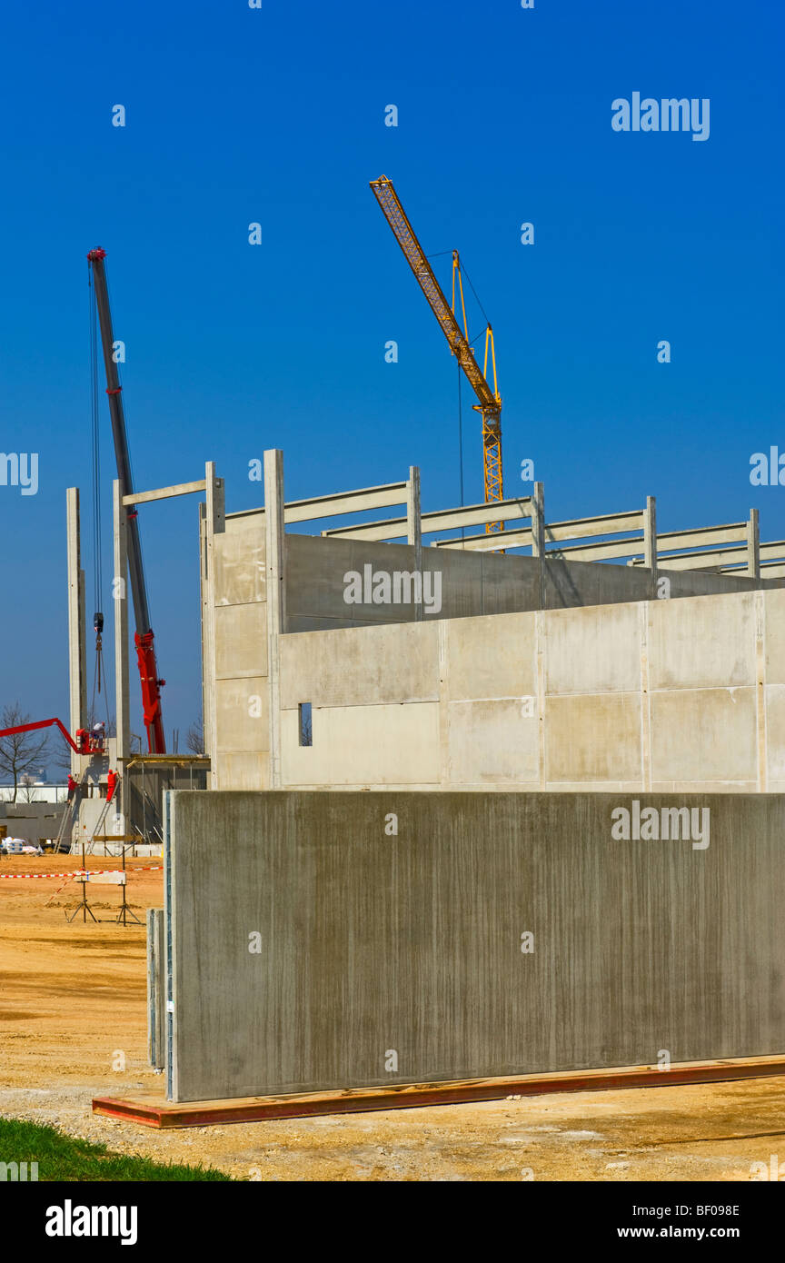 building site beton blue sky crane concrete precast concrete parts build building men at work prefabricated concrete - Stock Image