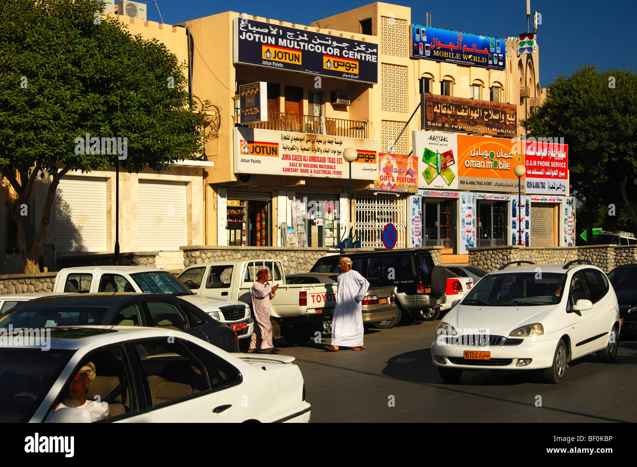 Busy shopping street with local shops, Nizwa, Sultanate of Oman - Stock Image