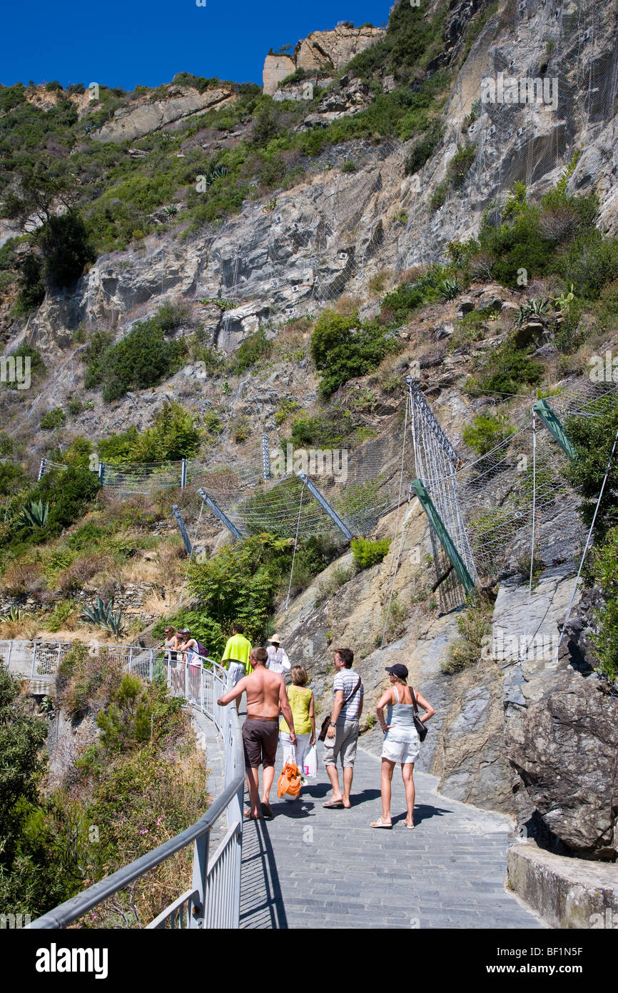 People walking on the Via dell'Amore Path of Love, Cinque Terre, Liguria, Italy - Stock Image