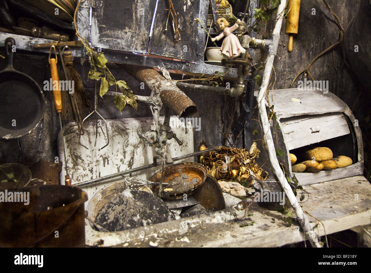 Kitchen sink with dirty and rusty dishes Stock Photo: 26475147 - Alamy