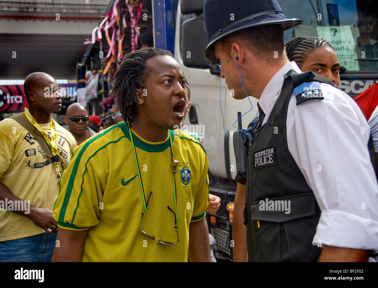 Young man argues with police officer at Notting Hill Carnival - Stock Image