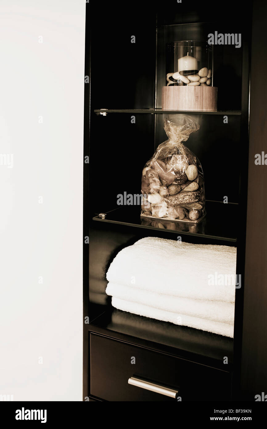 Showpieces and towels in an almirah - Stock Image