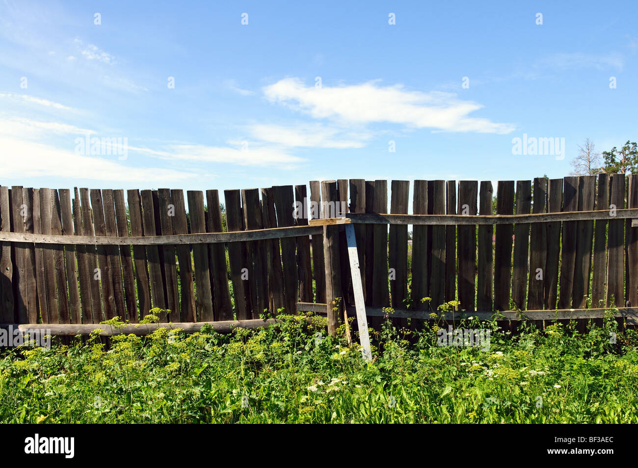 Rustic country fence and blue sky - Stock Image