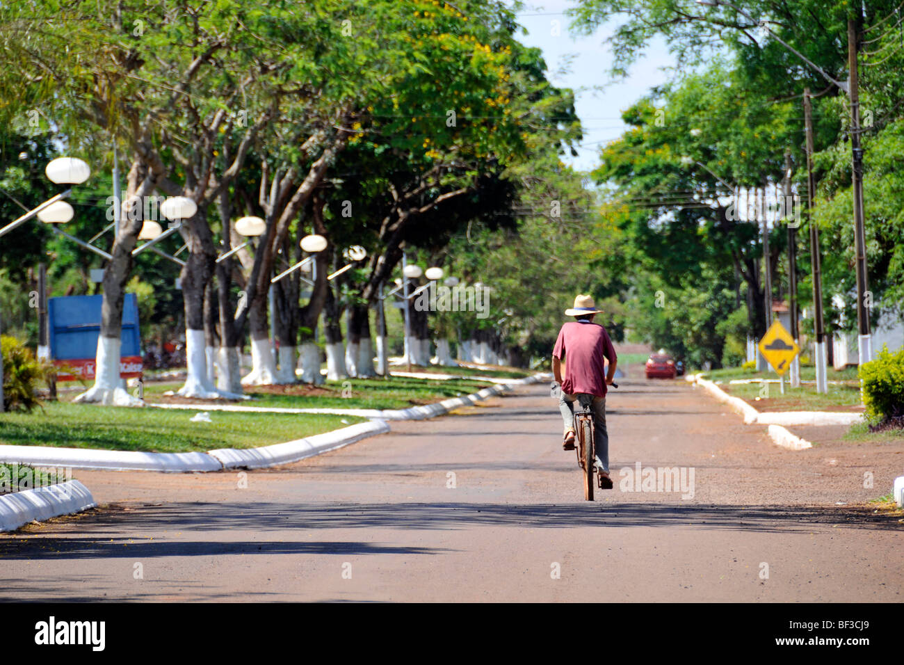 Brazilian Cyclist Stock Photos Images Alamy Full Bike Pato Fx 2 Black Lone Bicyclist In Street Bragado Parana Brazil Image