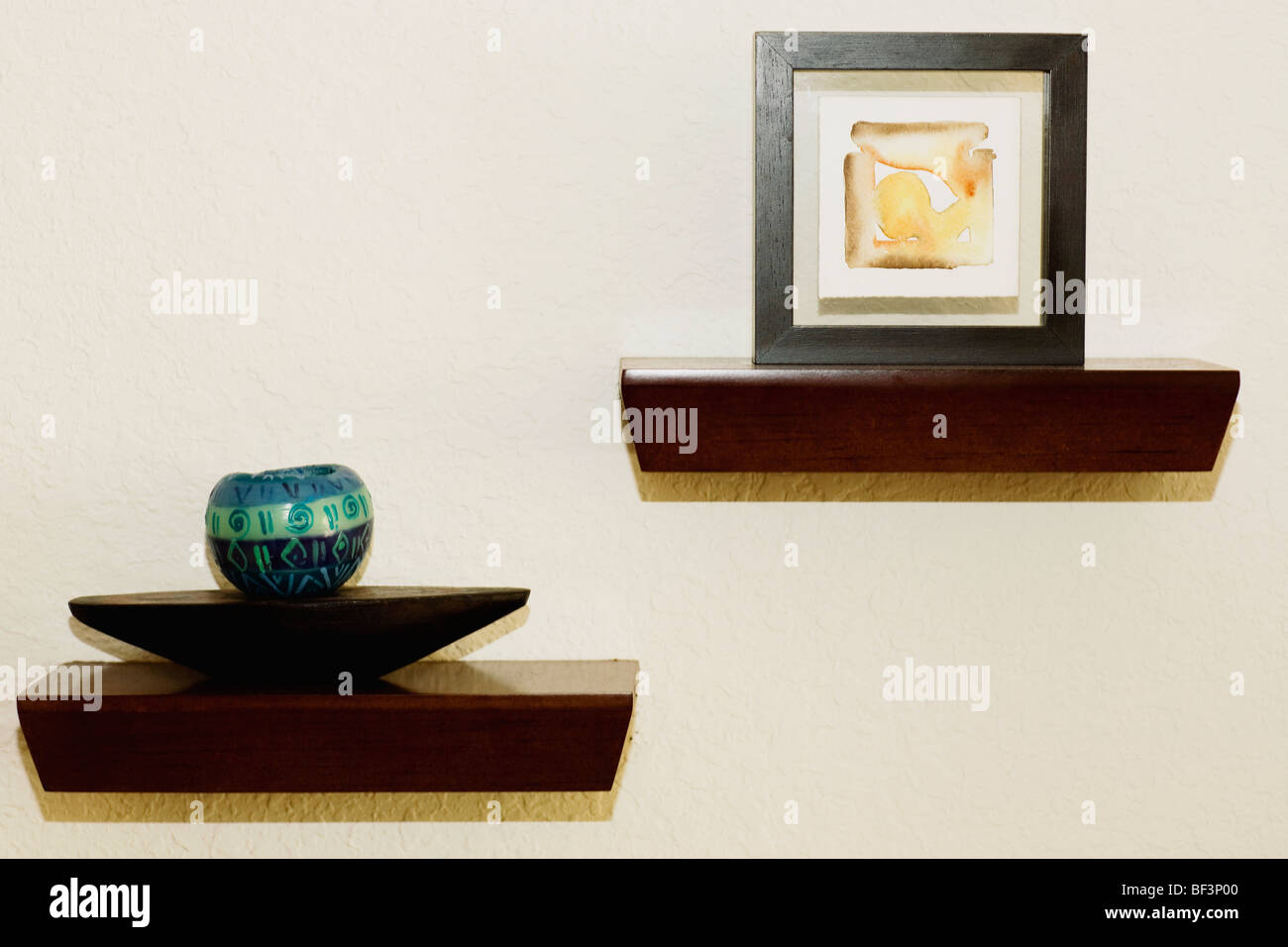 Charmant Showpieces And Paintings In A Living Room