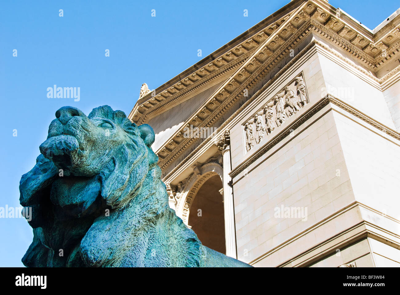 Bronze lion statue at the entrance of the Art Institute of Chicago, Chicago, Illinois, USA - Stock Image