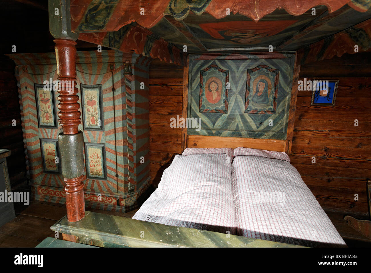 Sleeping chamber with a painted four-poster-bed from 1850, Fuessinger House from Siebratsreute, Wolfegg Farmhouse - Stock Image