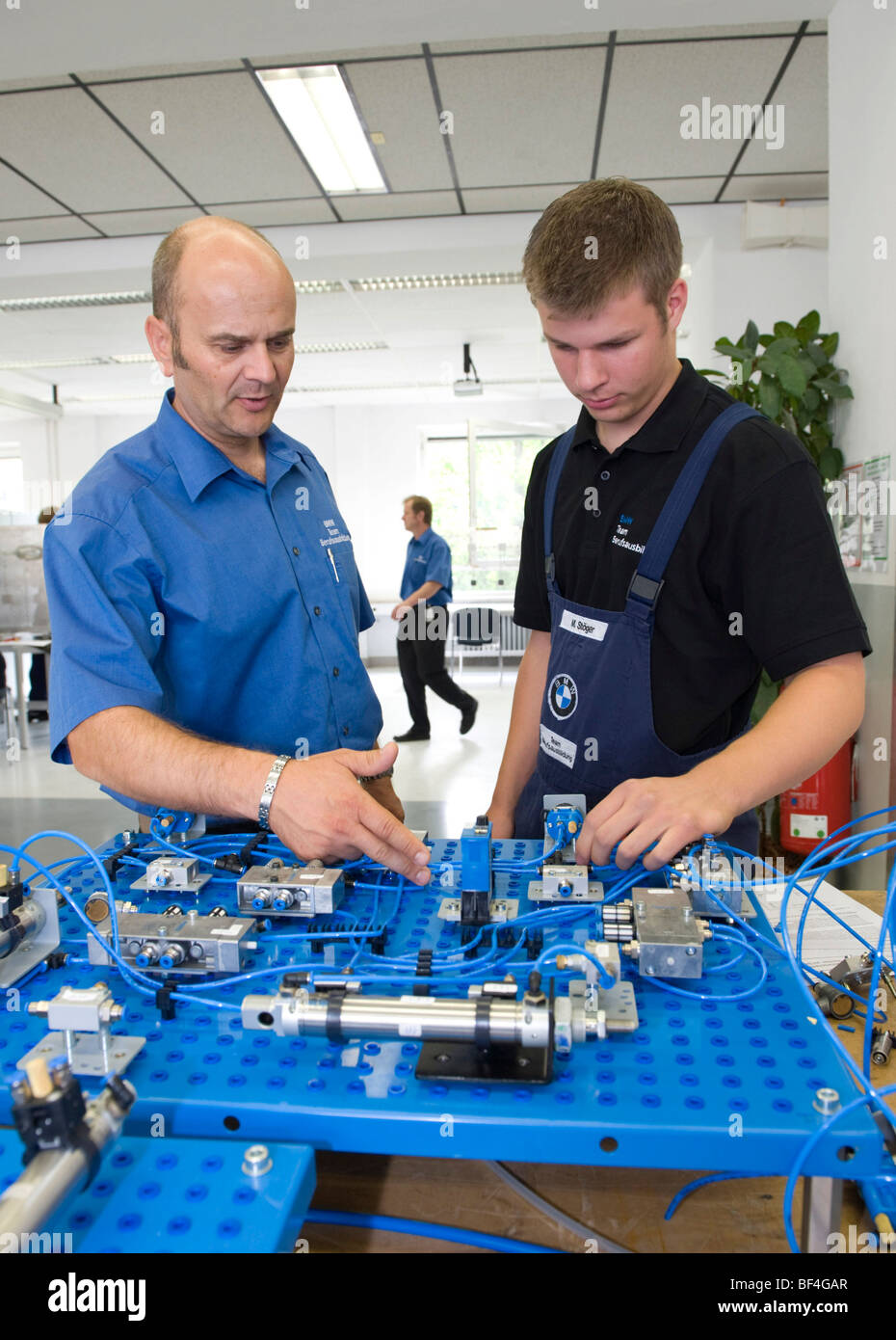 Electric Circuit Stock Photos Images Alamy Electrical Circuits Automotive Training And Master Andreas Fischer Explaining An To Apprentice In The Bmw