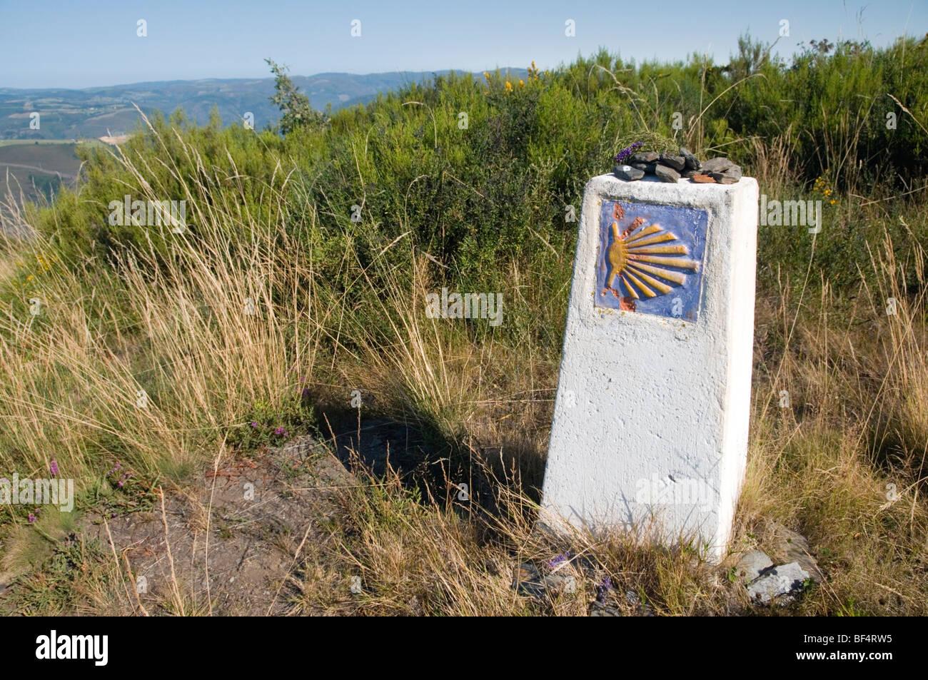 Way marker on the Camino Primitivo pilgrimage route to Santiago de Compostela near Los Hospitales.  Asturias, Spain. - Stock Image