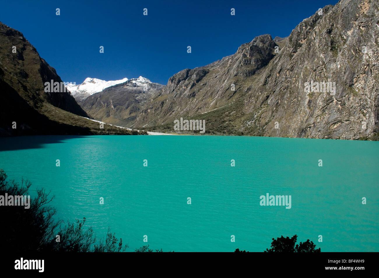 Lagune de llanganuco in Parque nacional Huascaran, Peru Cordileria. Deep blue green colour against snowy mountain - Stock Image