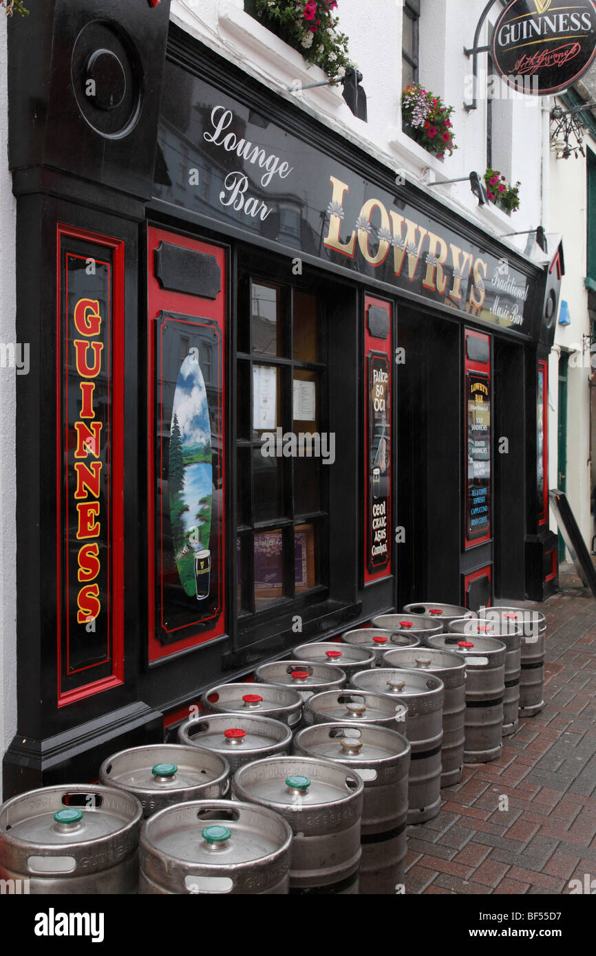 beer barrels of Guinnes and Smithwick's in front of the Lounge bar Lowry's in Clifden, Ireland - Stock Image
