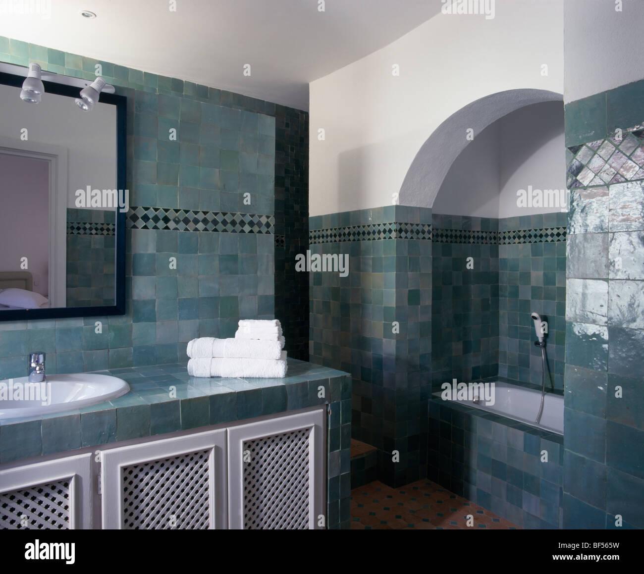 Bathroom Tiling Alcove Stock Photos & Bathroom Tiling Alcove Stock ...