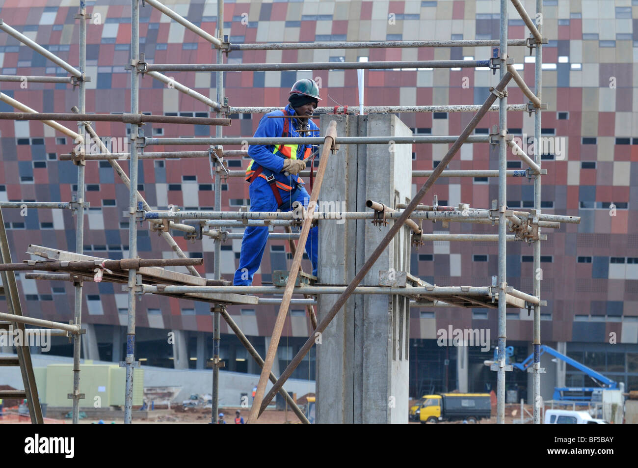 FIFA World Cup 2010, workers at the construction site of the Soccer City Stadium, Soweto district, Johannesburg, - Stock Image