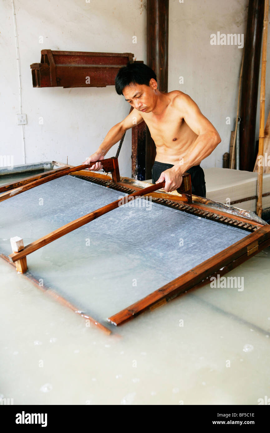 Chinese craftsman making paper using age old technique, Fuyang, Zhejiang Province, China - Stock Image
