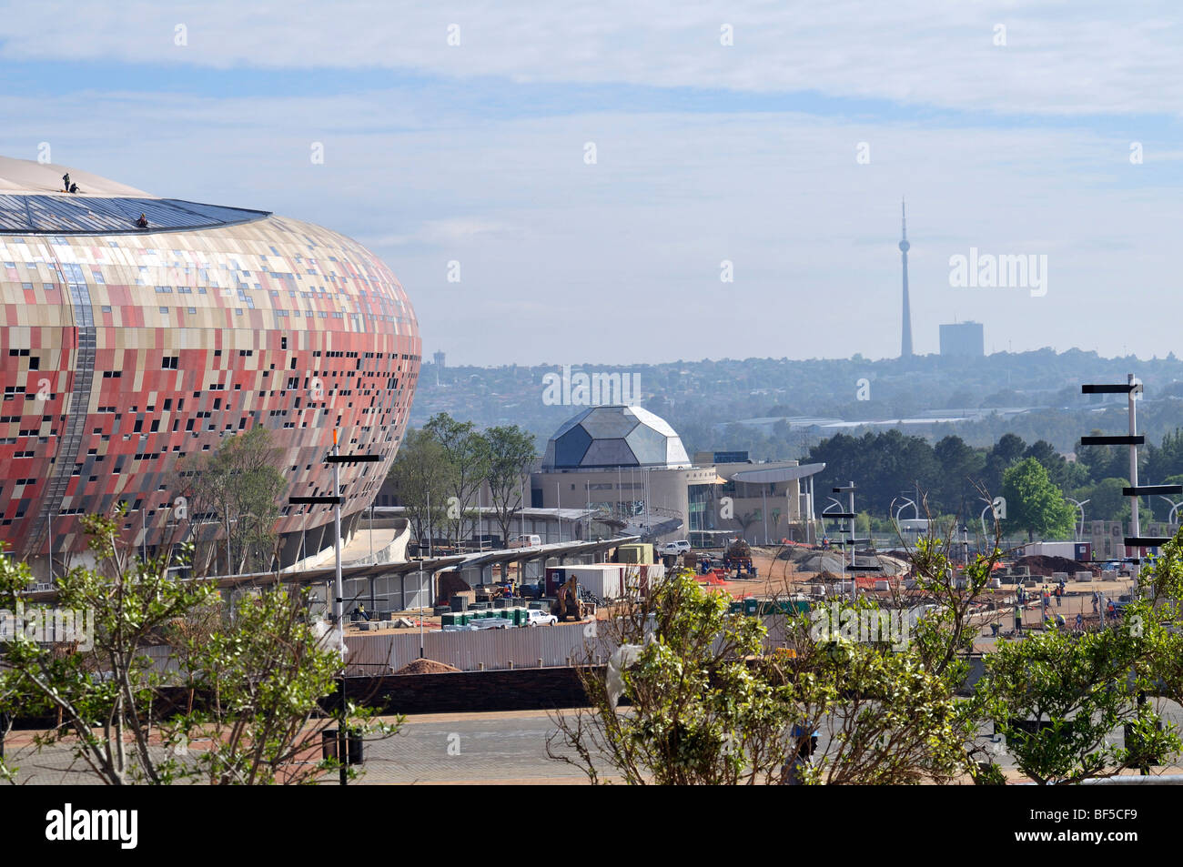 FIFA World Cup 2010, construction site of the Soccer City stadium overlooking the city center CBD, Soweto district, - Stock Image
