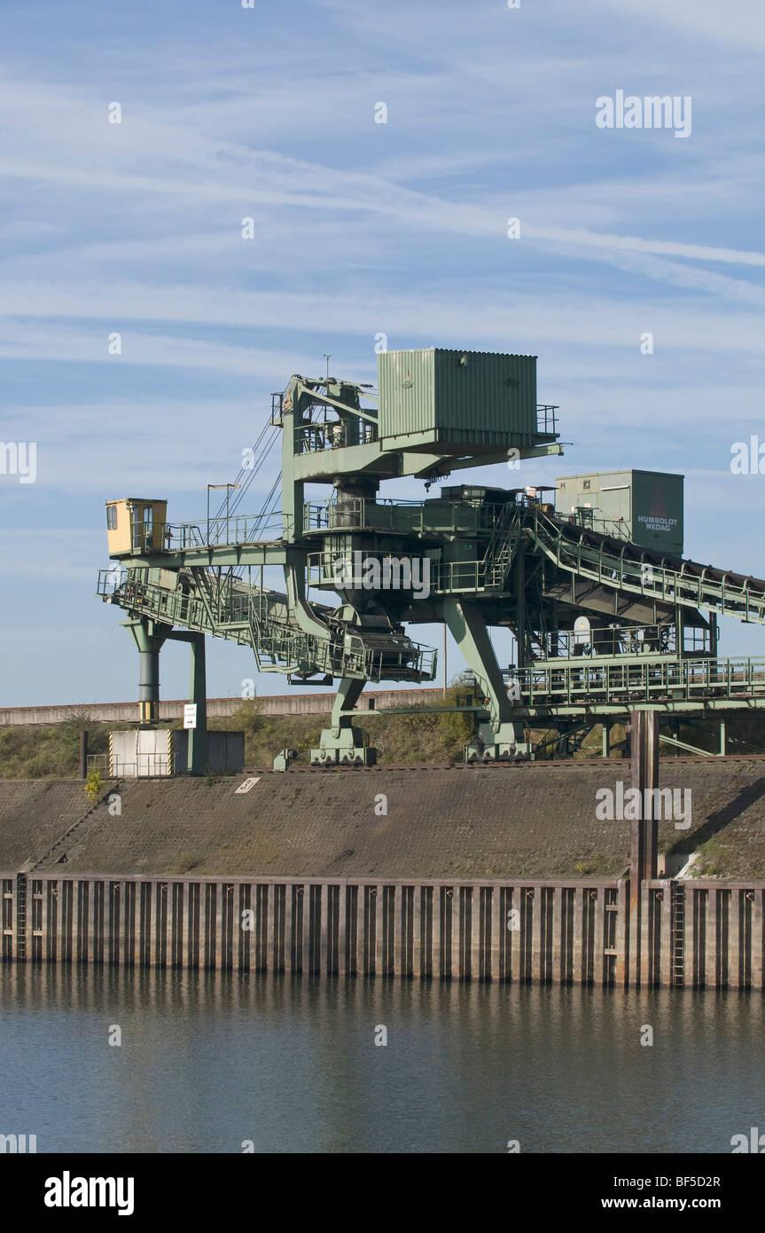 Coal conveyor belt on the shore, Port of Duisburg, North Rhine-Westphalia, Germany, Europe - Stock Image