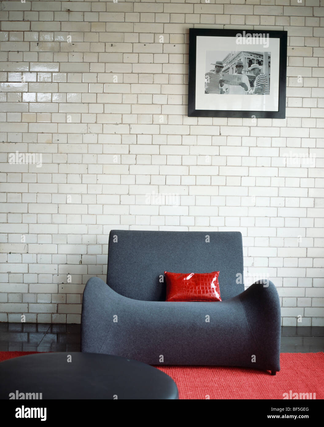 Red Wall Living Room Stock Photos & Red Wall Living Room Stock ...