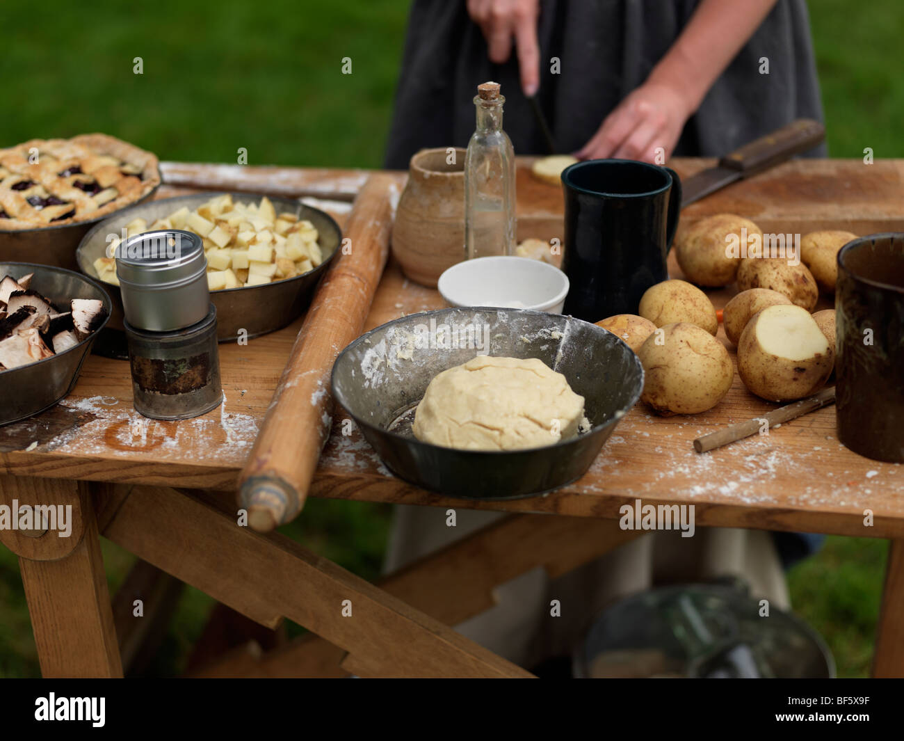 Canada, Ontario, Fort Erie, Old Fort Erie, War of 1812 reenactors in period costume preparing an old fashion meal - Stock Image