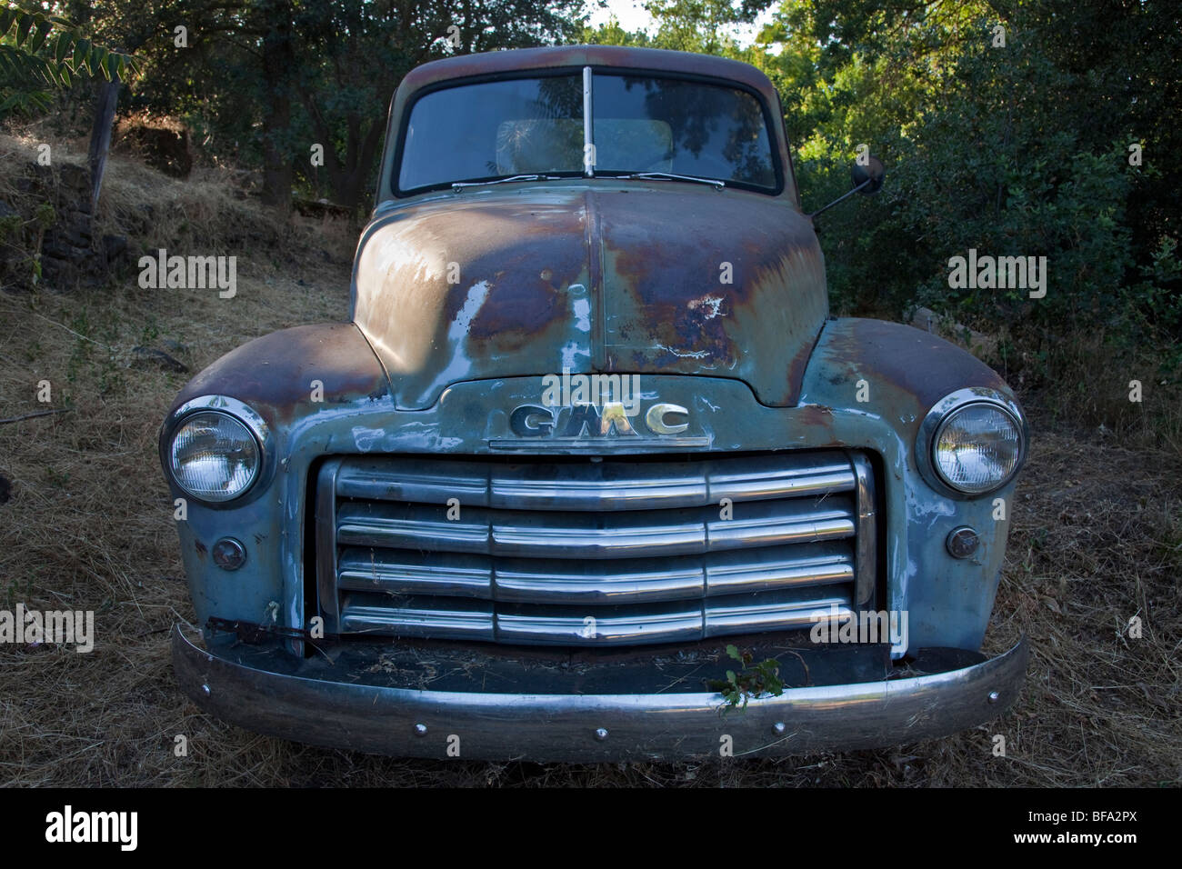 Rusting Early 1950 S Gmc Pickup Truck In A Backyard Stock Photo Alamy