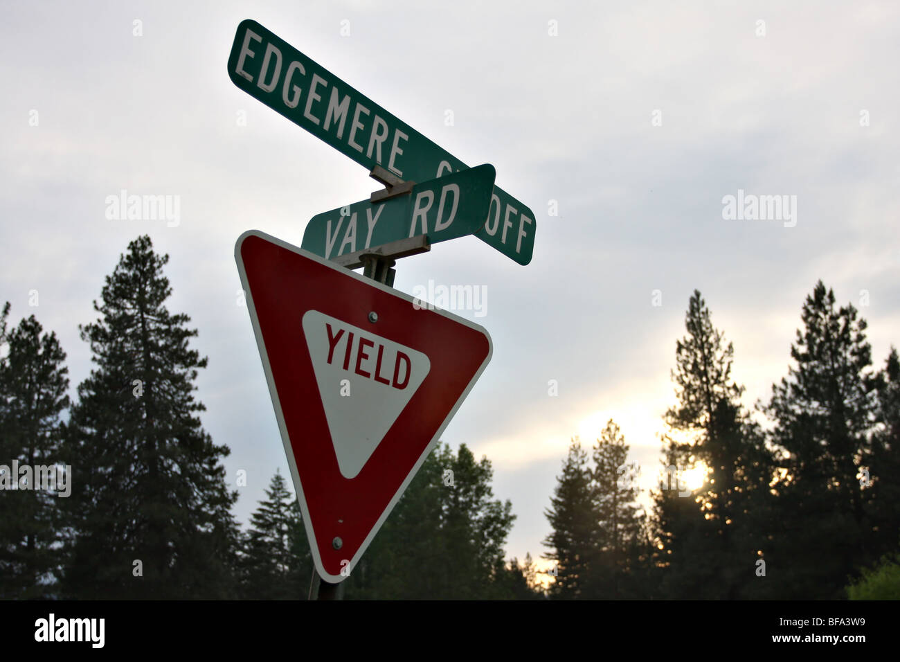 Yield sign at the intersection of Edgemere Cutoff Road and Vay Road, Iaho. - Stock Image