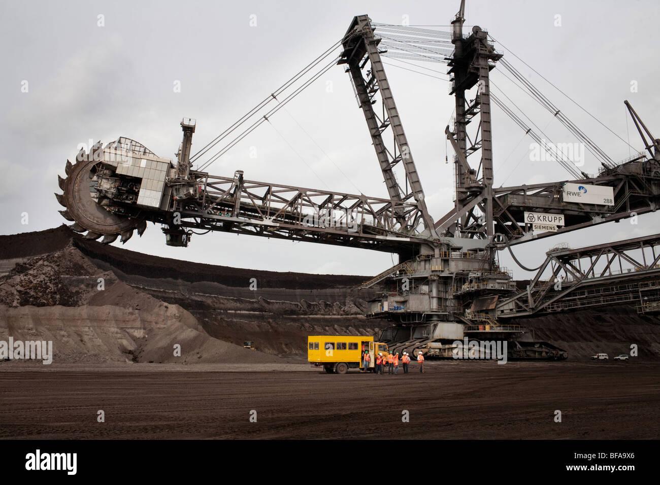 Kohletagebau in Garzweiler der von der RWE betrieben wird, Ankunft eines Werktransporters zum Schichtwechsel, - Stock Image