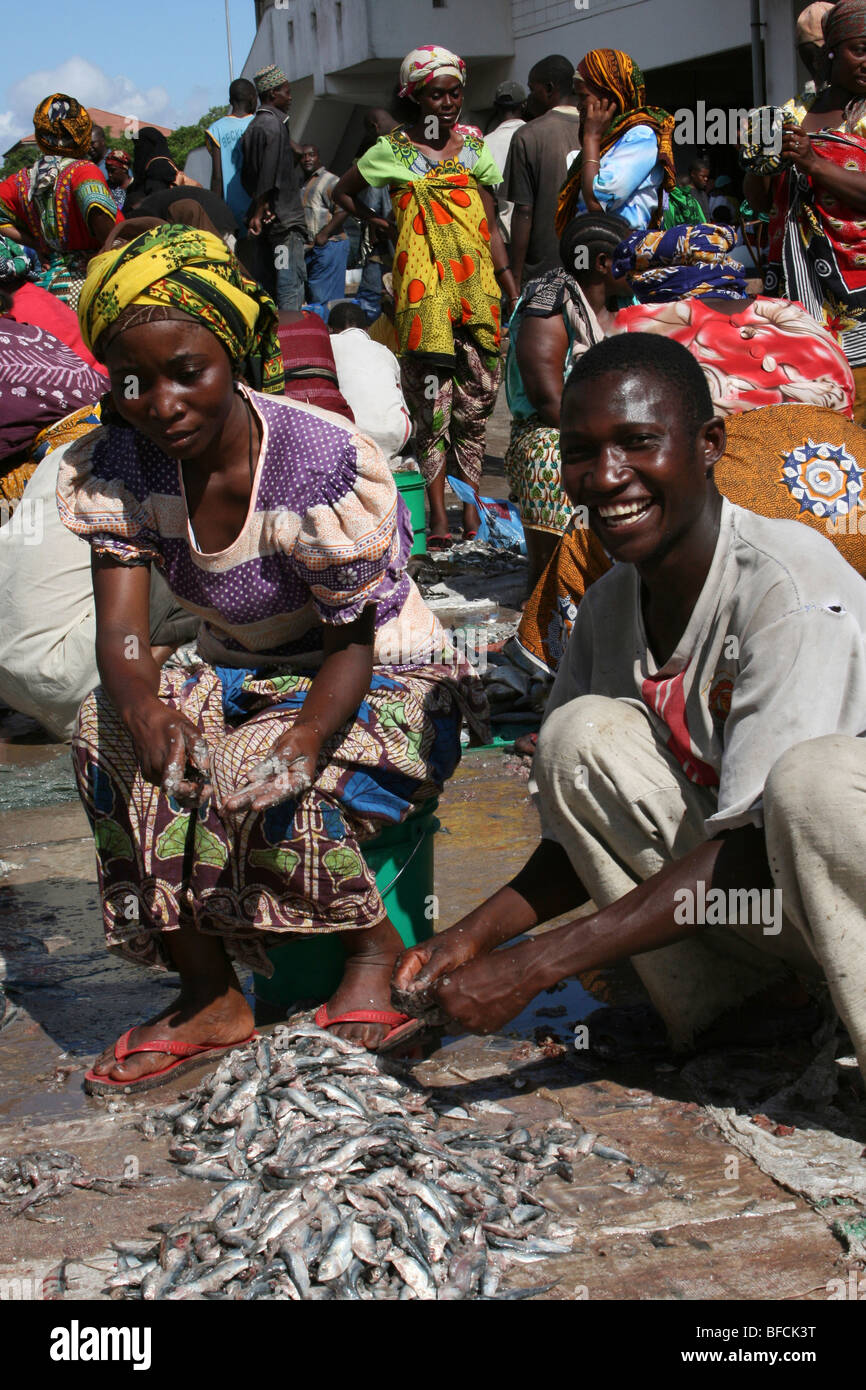 Couple Gutting Fish At Kivukoni Fish Market, Dar-Es-Salaam, Tanzania - Stock Image