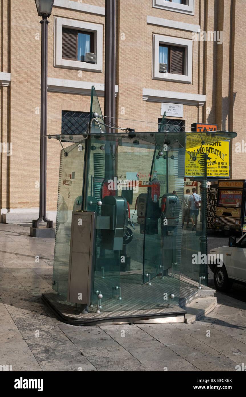Telephone kiosk in Rome - Stock Image