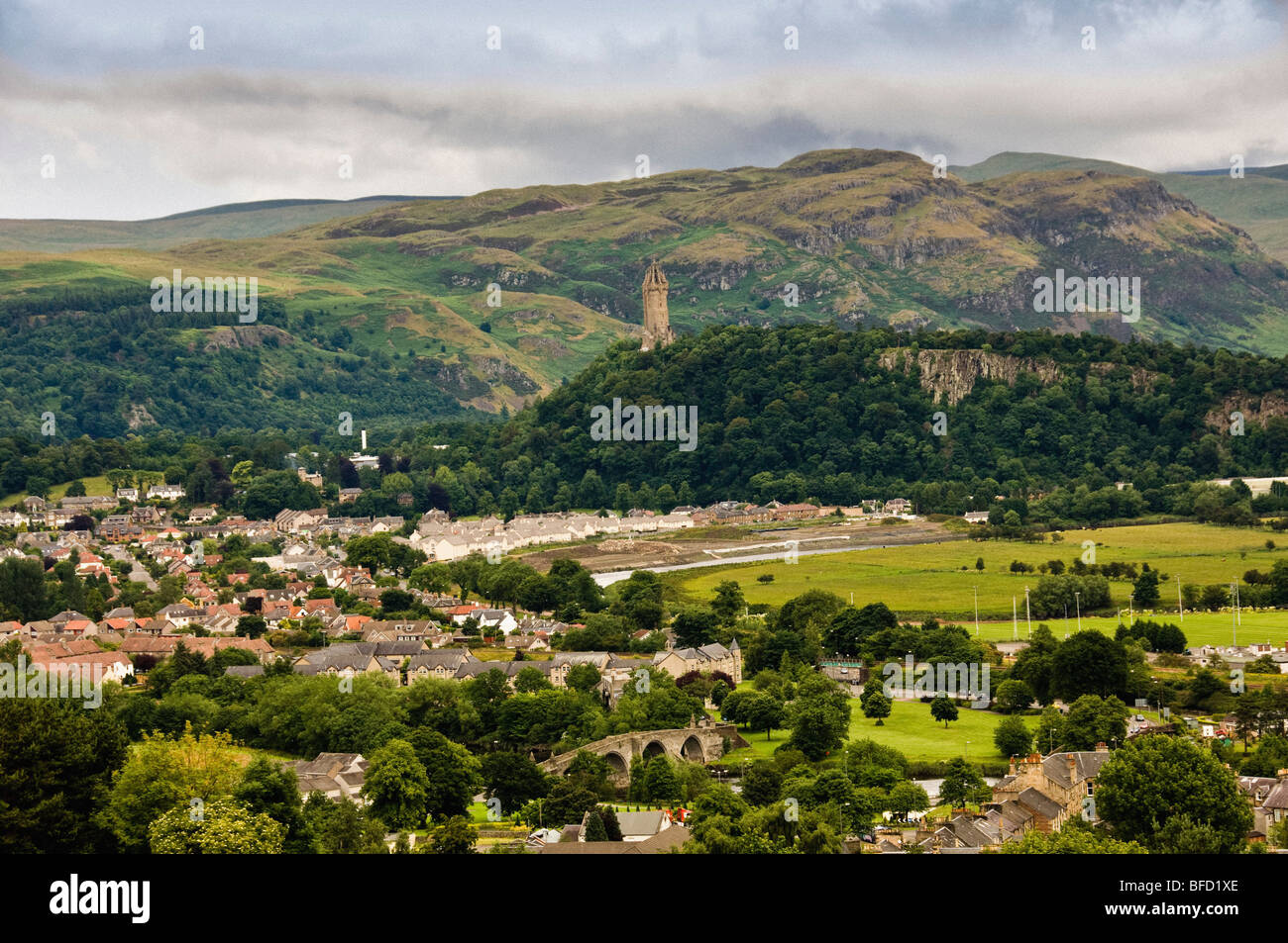 Wallis monument surrounded by trees with from Stirling houses in the foreground. - Stock Image